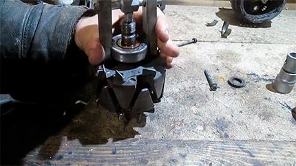 Использование двухзахватного съемника для демонтажа подшипника