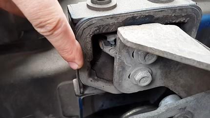 Визуальная проверка подушки двигателя