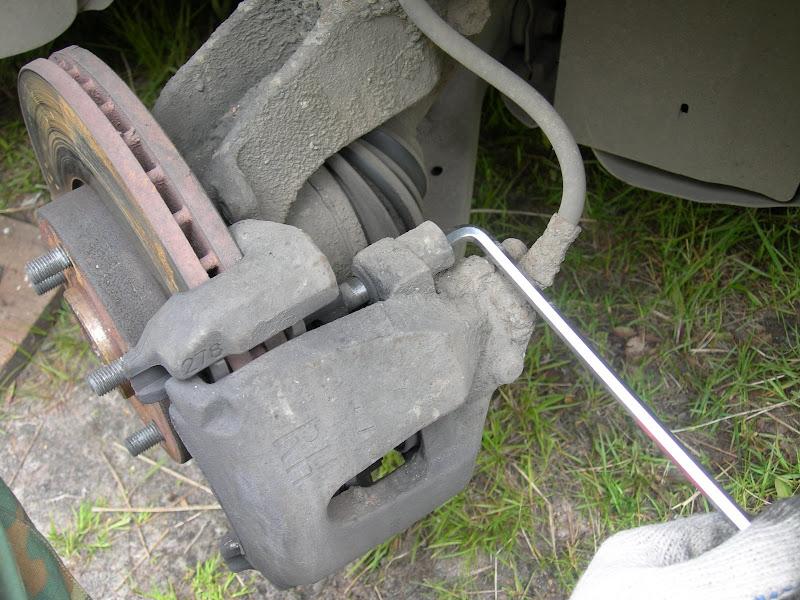 снятие  передних тормозных колодок на Ford Focus II