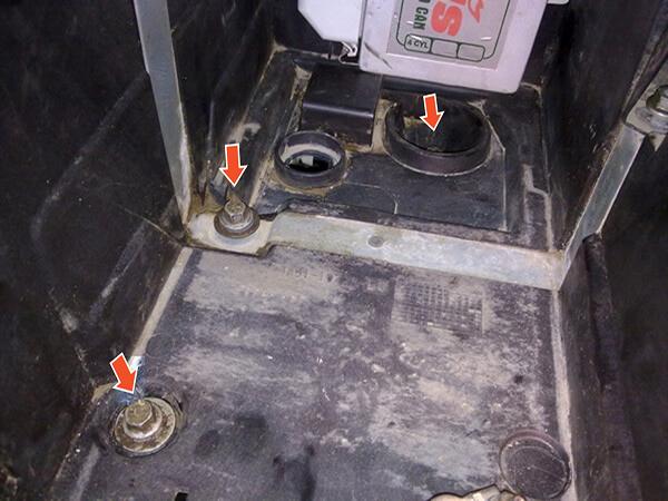снятие аккумулятора на Ford Focus 2