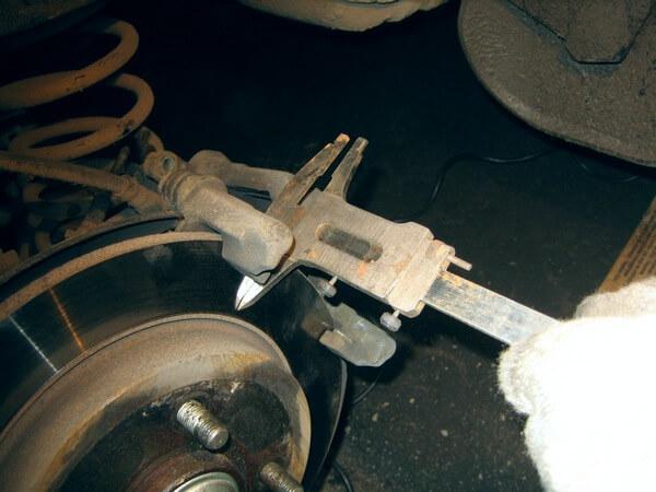 измерение толщины заднего тормозного диска