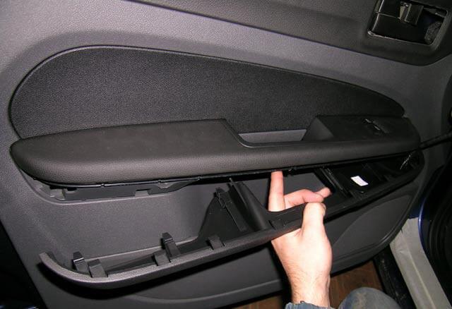 Снятие подлокотника передней двери Ford Focus 2