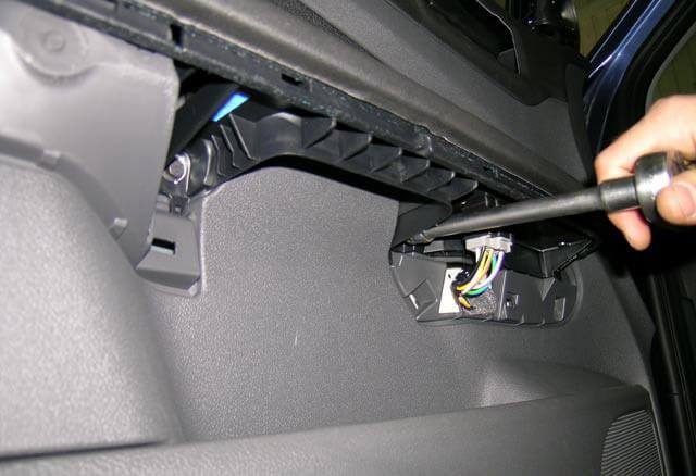 Откручивание крепления обшивки передней двери Ford Focus II