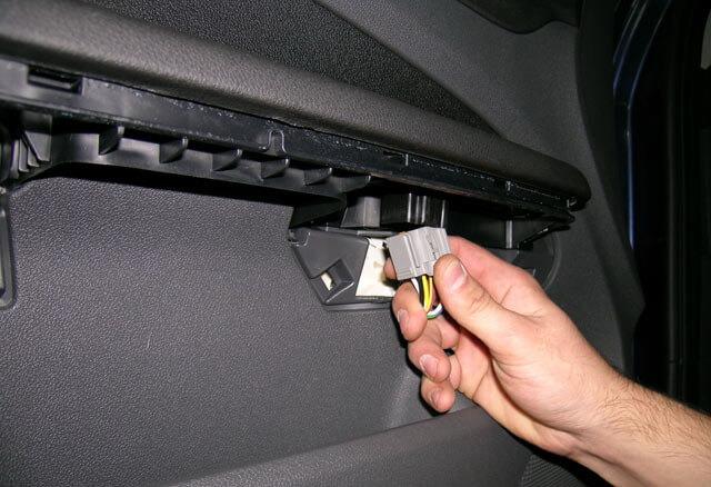 отсоединение разъема на передней двери Форд Фокус 2