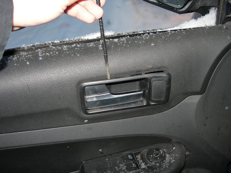 снятие окантовки ручки передней двери Форд Фокус 2