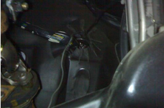 Технологическое отверстие для проводки на Toyota Avensis Verso