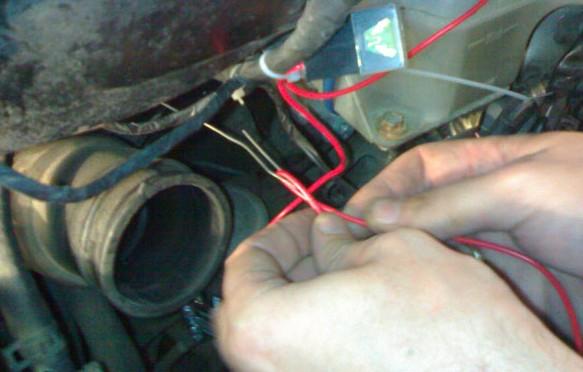 Проведение проводки через технологическое отверстие на Toyota Avensis Verso