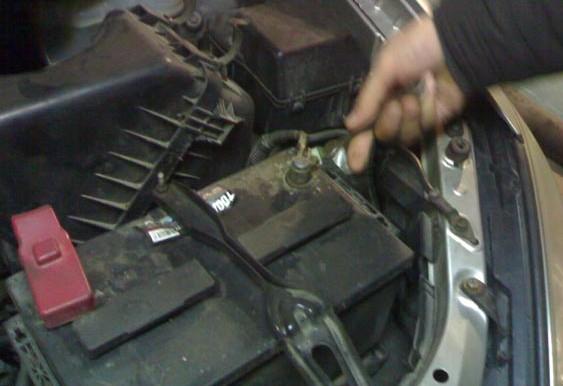 снятие клеммы аккумулятора на Toyota Avensis Verso
