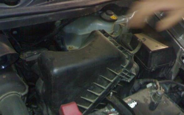 снятие корпуса воздушного фильтра на Toyota Avensis Verso