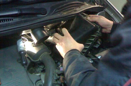 Корпус воздушного фильтра на Toyota Avensis Verso