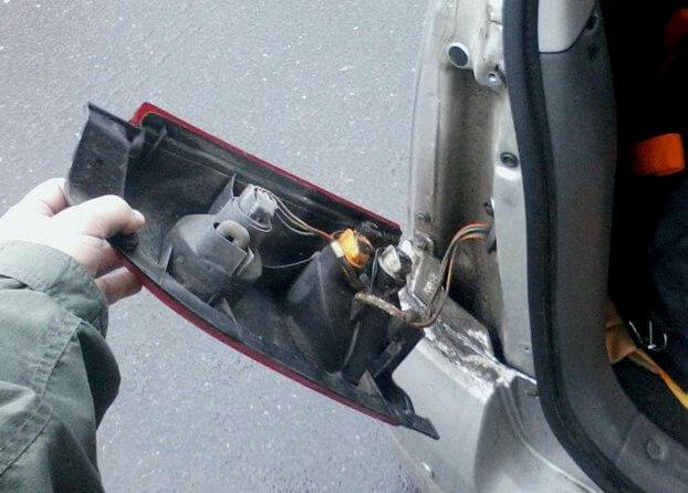 замена лампочек в задней фаре (стопаке) Opel Agila