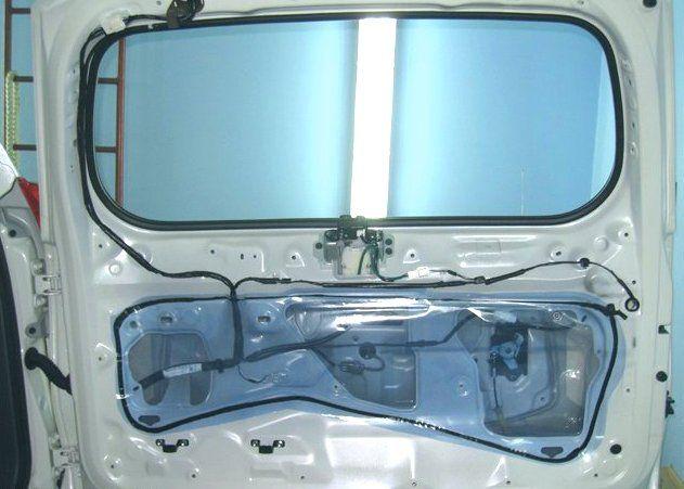 Демонтаж обшивки дверцы багажника Toyota Land Cruiser Prado 150