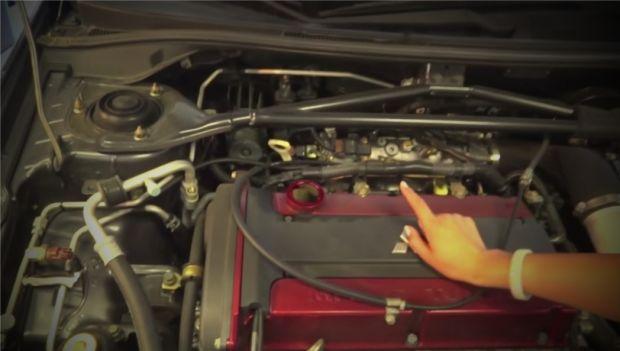Заливное отверстие для масла двигателя