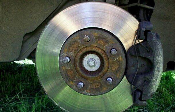 Замена передних тормозных колодок на Форд Фокус 1