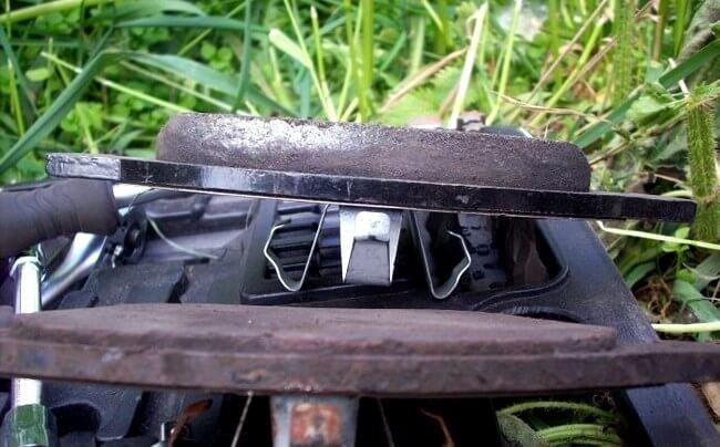 Замена передних тормозных колодок Ford Focus 1