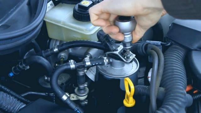 как поменять топливный фильтр опель омега 2000
