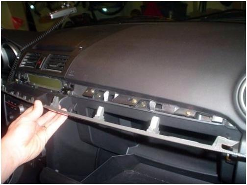 Фиксаторы, на которые крепится перчаточный ящик, расположенный в Мазда 3