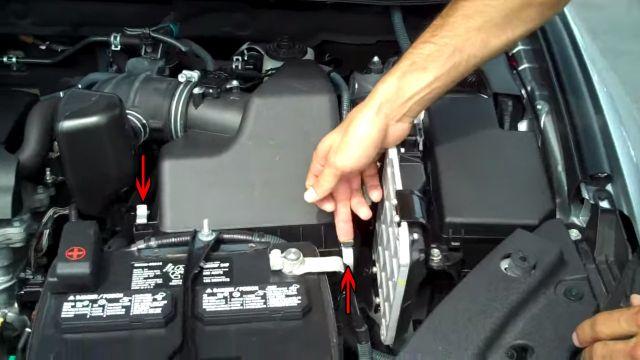 Замена воздушного фильтра в Тойота Королла, Камри и Рав4 своими руками, инструкция